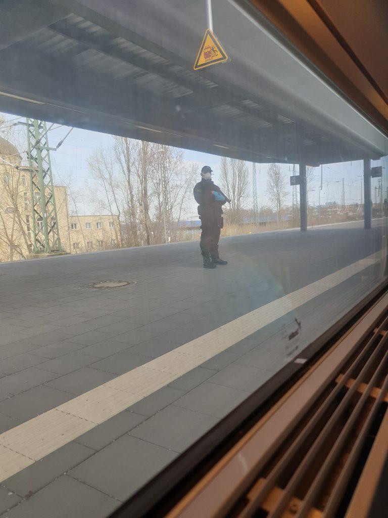 Polizist auf dem Gleis bei der Grenzkontrolle
