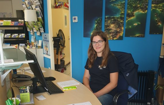 Deutsch-Französische Freiwillige Caro an ihrem Schreibtisch in Besacon